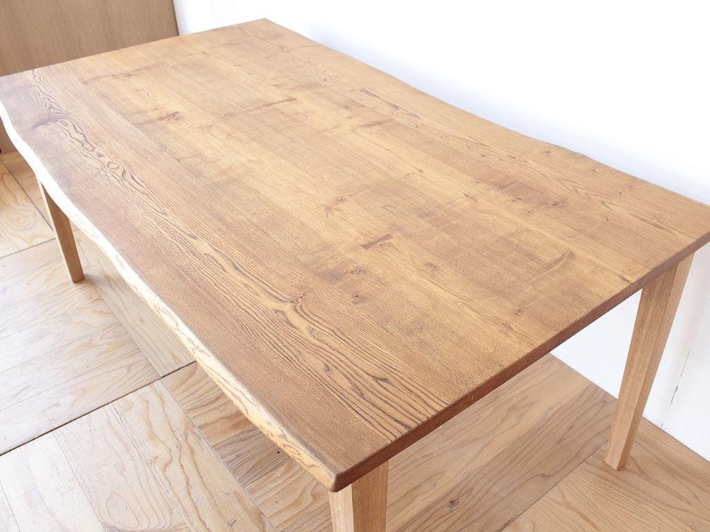 天板を綺麗に磨き上げクリの木本来の色味を出したダイニングテーブル