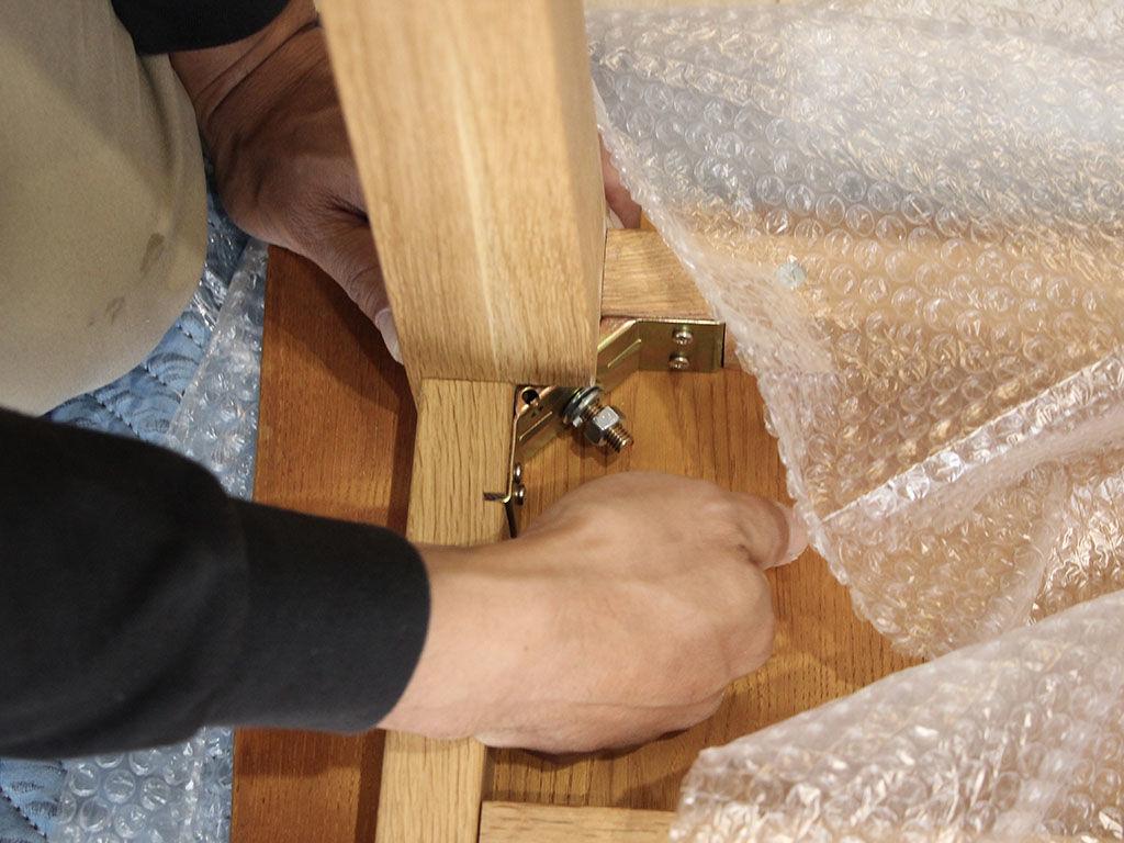リメイクしたダイニングテーブルの天板と脚を組み立て