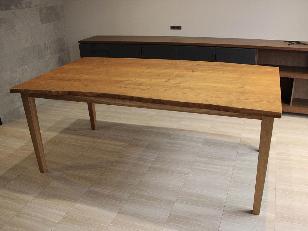 建て替え完了したお客様のお家に納品したダイニングテーブル