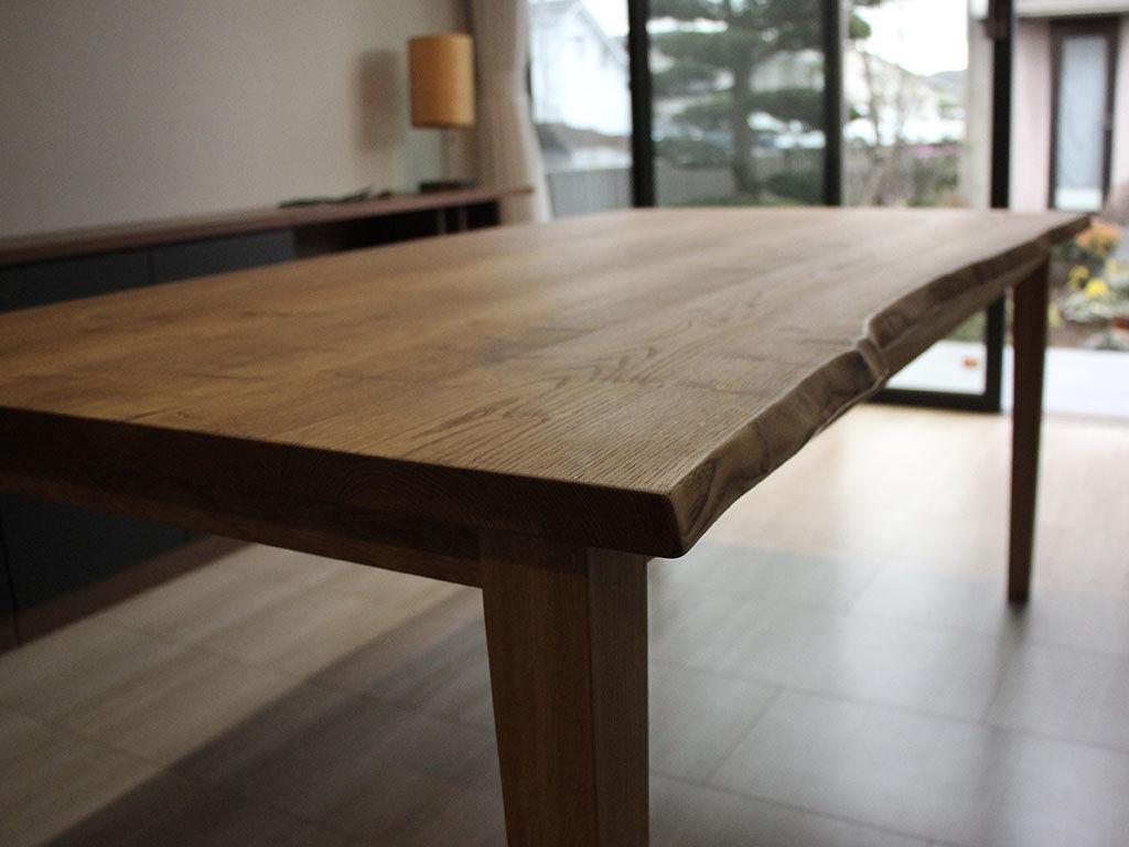 リメイクしてスタイリッシュな仕上がりとなったダイニングテーブル