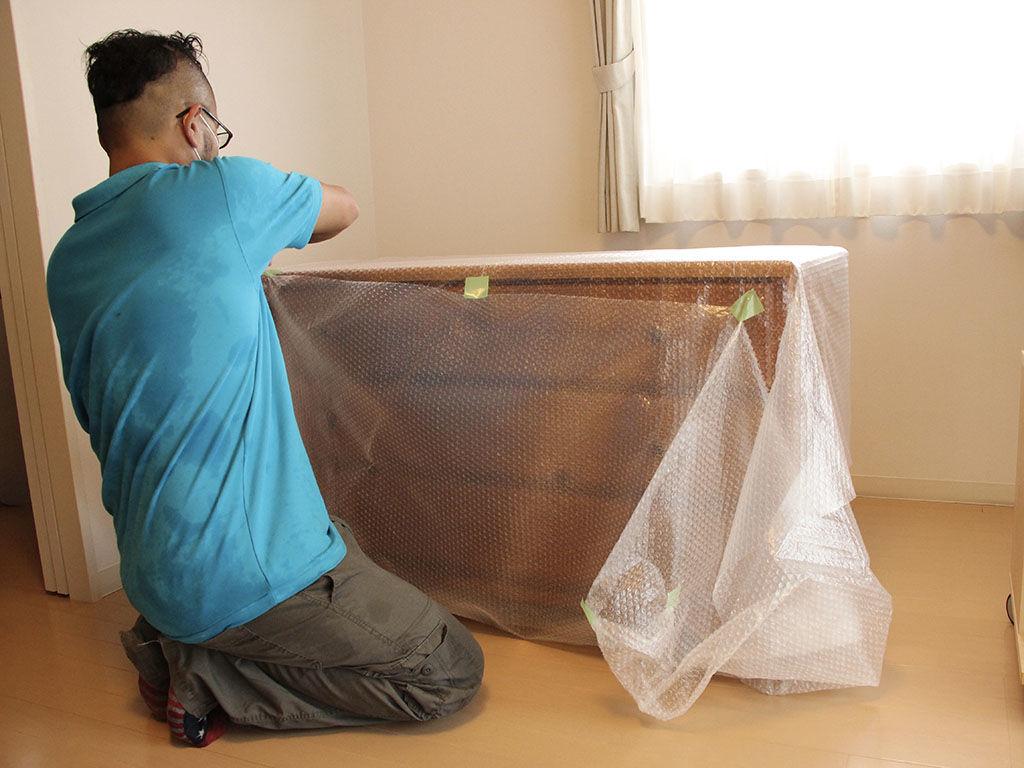 リメイク完成した家具をお客様宅へ納品する様子