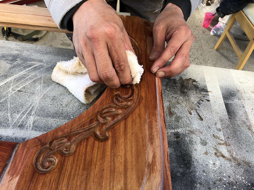 扉の厚い塗膜を手作業で剥がしてナチュラルな風合いにリメイク
