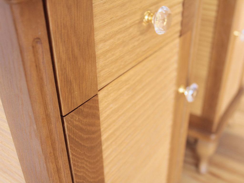 婚礼タンスの扉を加工してナイトテーブルの扉・引き出し前板に使用