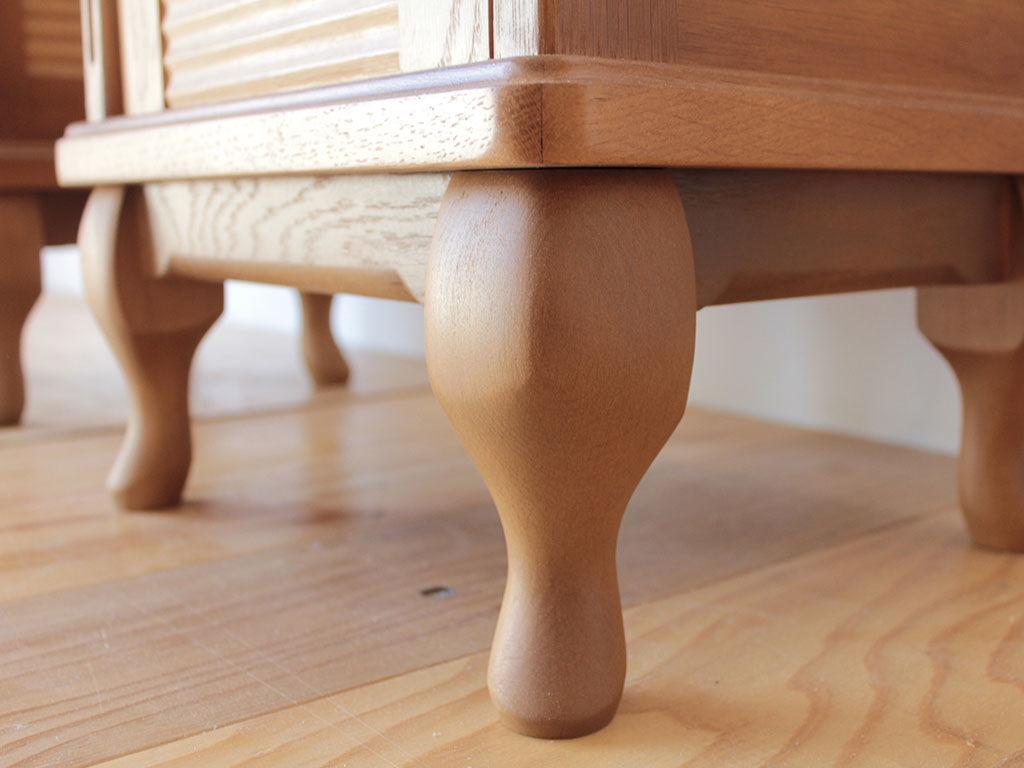 クラシカルな家具とも相性の良い猫脚を使ったナイトテーブル