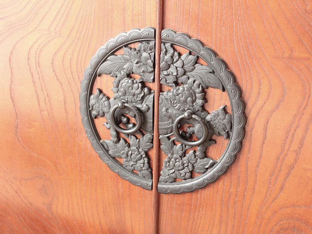 木目の美しいケヤキ、繊細な鋳物の金具