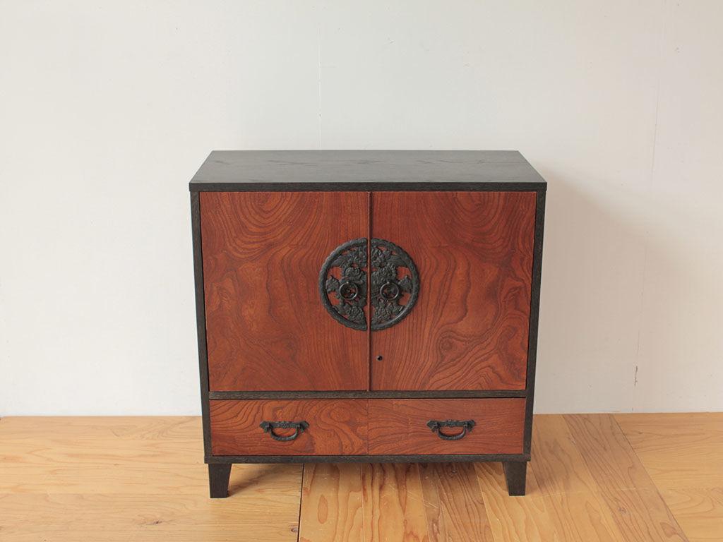 和タンスの扉や引き出しを生かしてリメイクしたナイトテーブル
