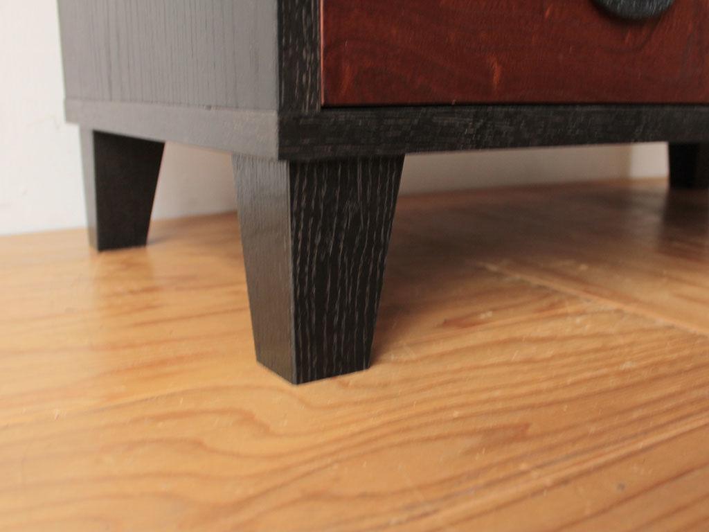 少し角度をつけた脚でスタイリッシュに仕上げました