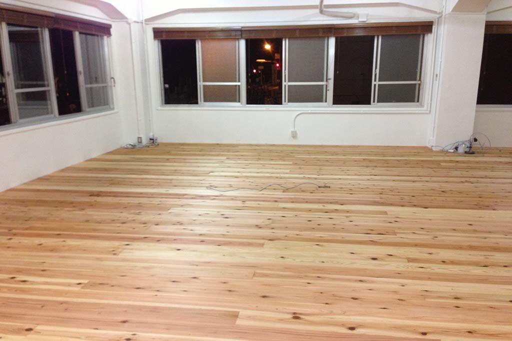 木のぬくもり溢れる無垢材の床