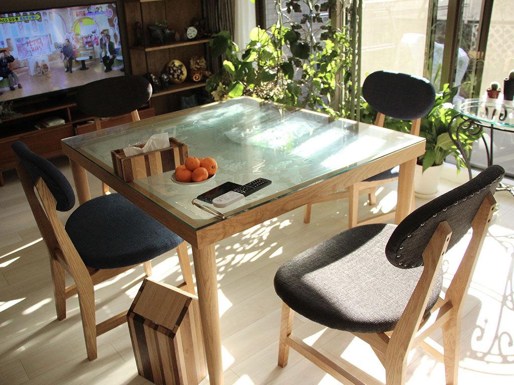 窓ガラスをリメイクしたテーブルと『カームチェア』