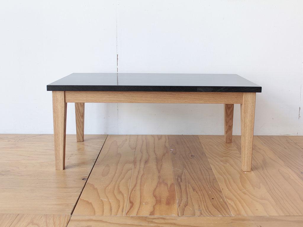 学習机の天板をリサイズしたものに新帰製作した無垢オークの脚を取り付けたローテーブル