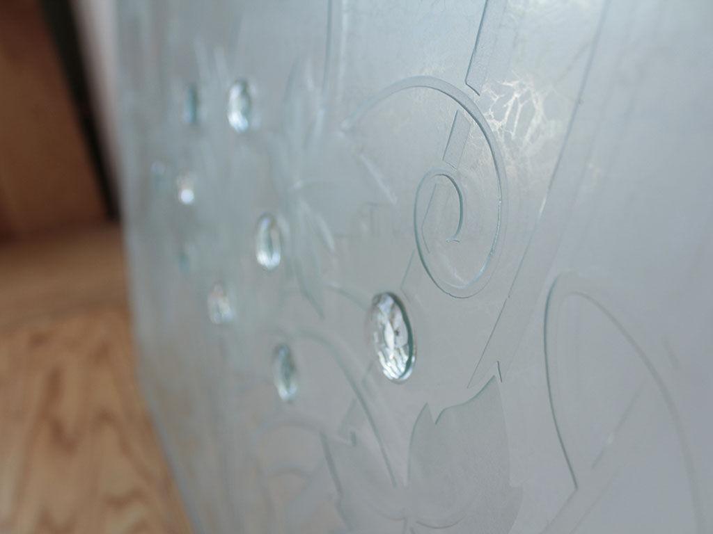 光に透かすとキラキラと模様が輝くガラス板