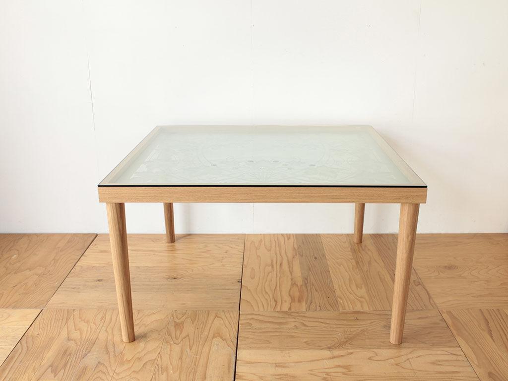 柄入りガラスを天板に生かしたダイニングテーブル