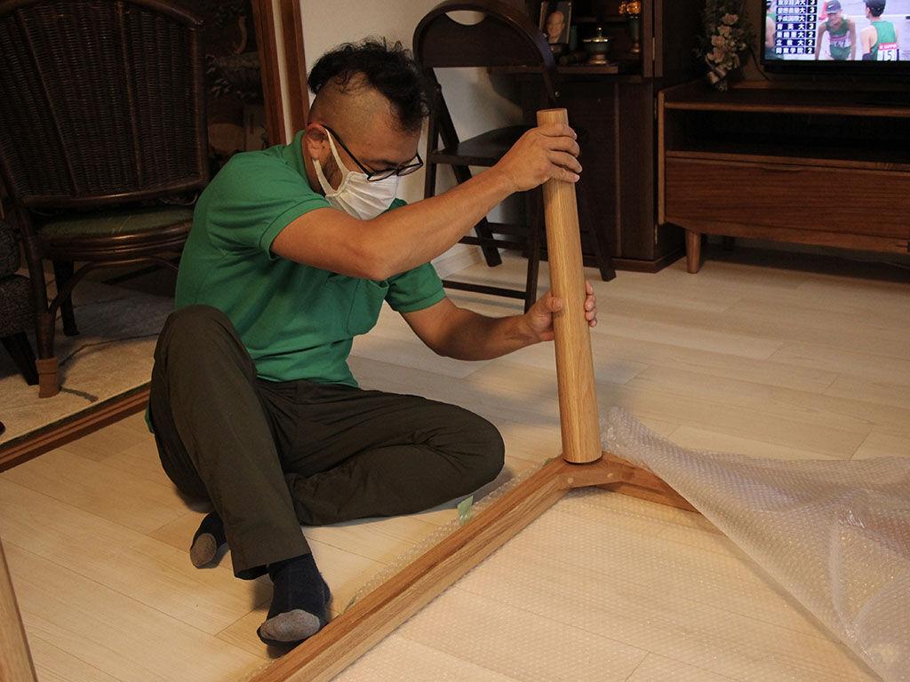 お客様宅にてダイニングテーブルのフレームを組み立て