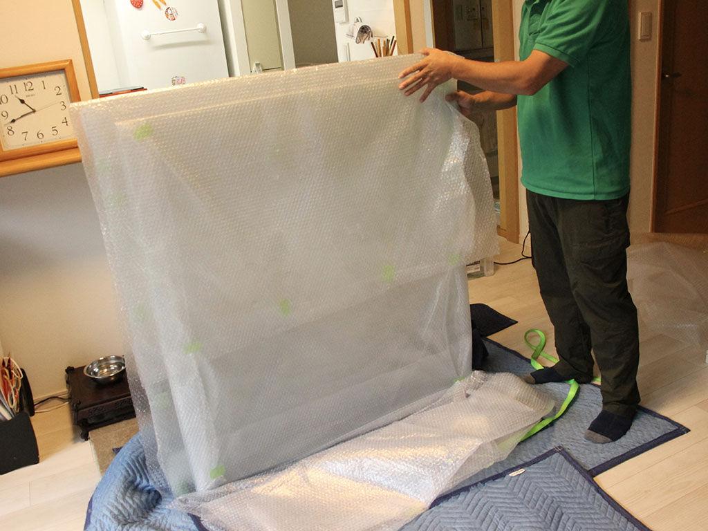 割れやすいガラス板を厳重に梱包