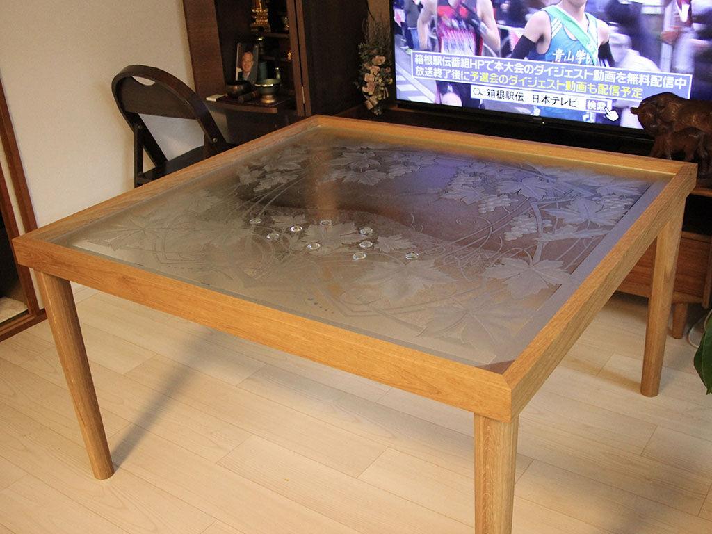 柄入りのガラス板をテーブルフレームにのせたところ