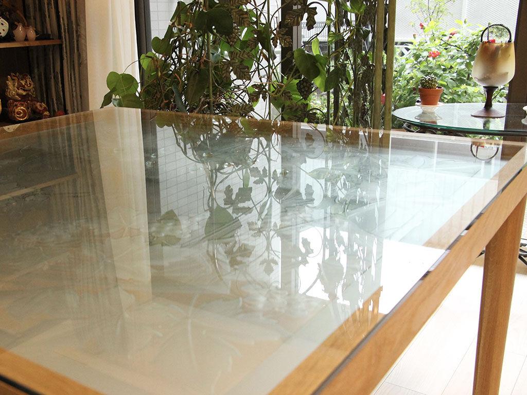 パーティションの影もガラス天板に映り込みより一層美しさを増すダイニングテーブル