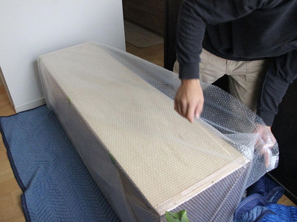 食器棚に取り付ける新規製作した棚を搬入