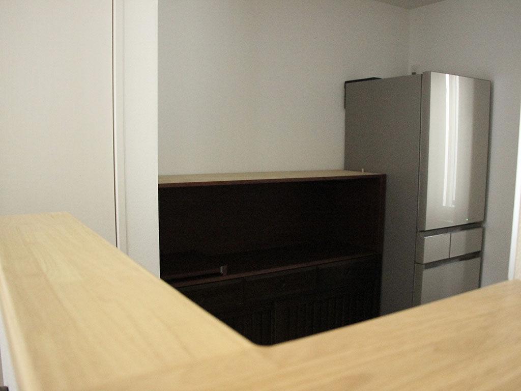 食器棚上部を取り外し、新規製作した棚を取り付け