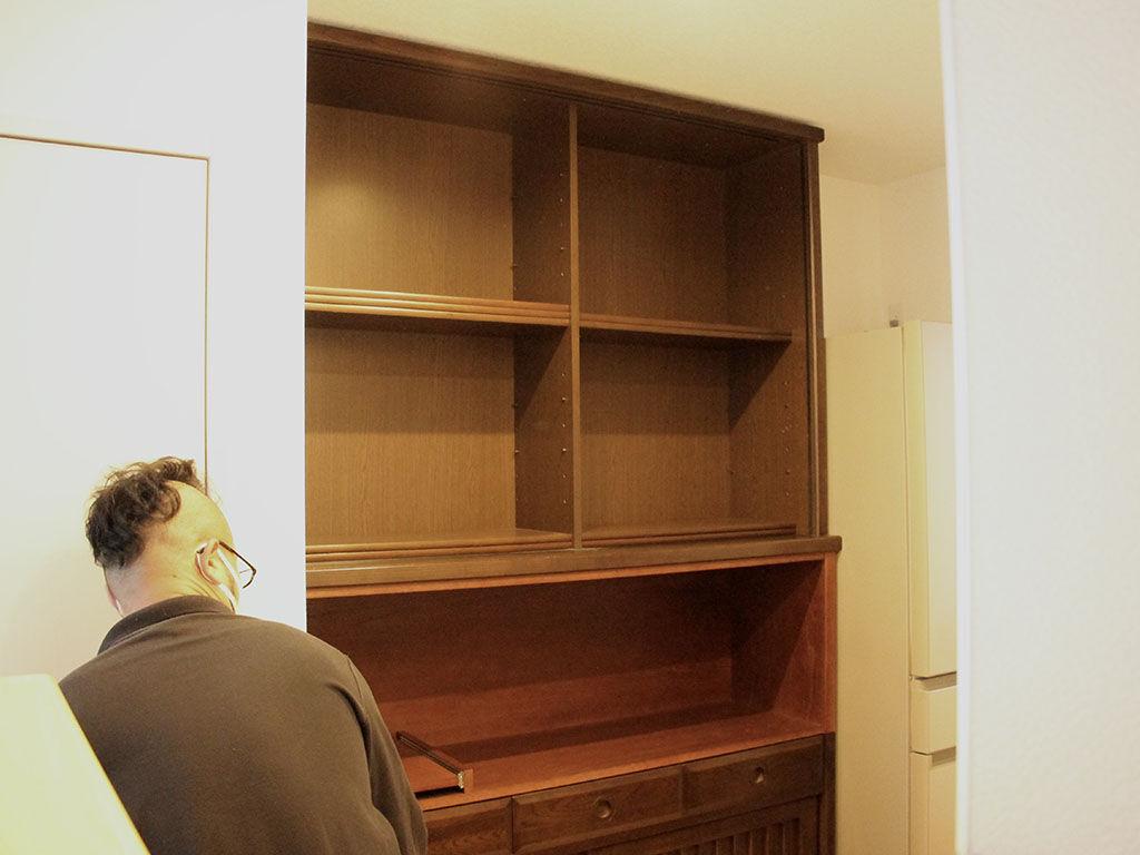 食器棚上下の間に電子レンジなど置ける棚を新しく設置