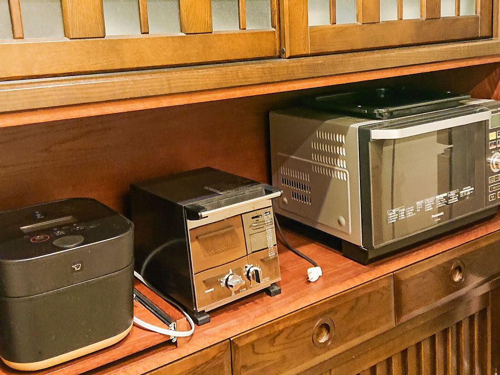 お客様からいただいた食器棚に電化製品が並んだ様子のお写真