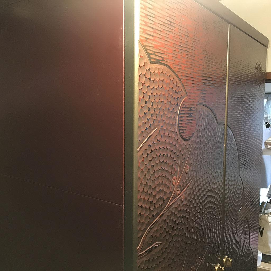 鎌倉彫の扉を生かしてテレビ台にリメイク