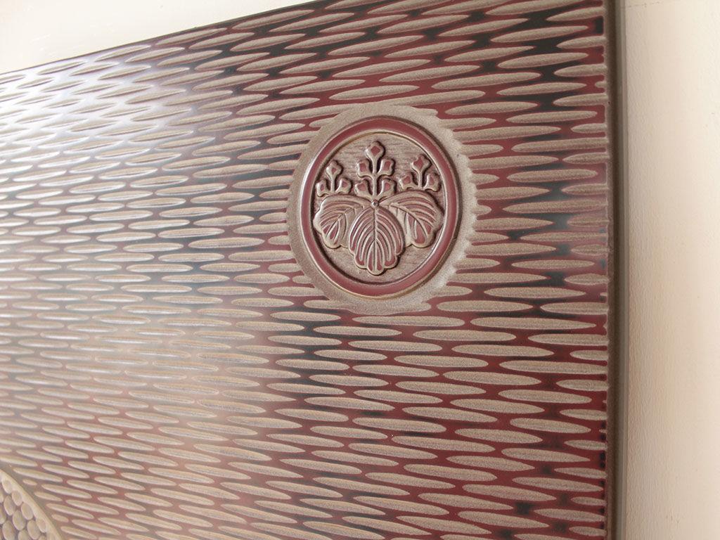 扉に家紋が彫られた婚礼タンス
