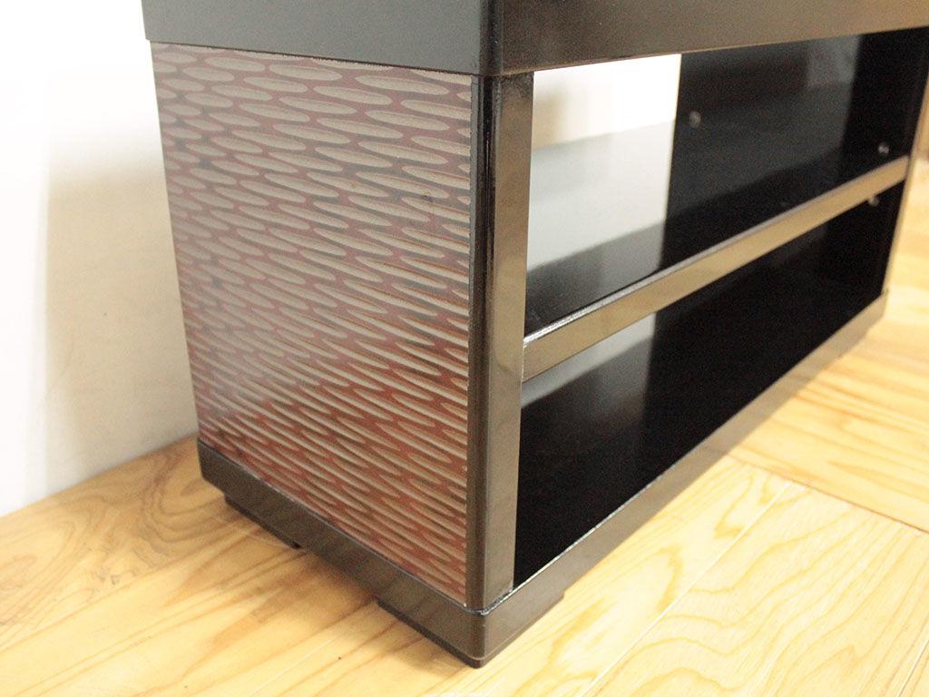 味わい深い鎌倉彫と漆黒の塗装で和モダンに仕上がったテレビ台