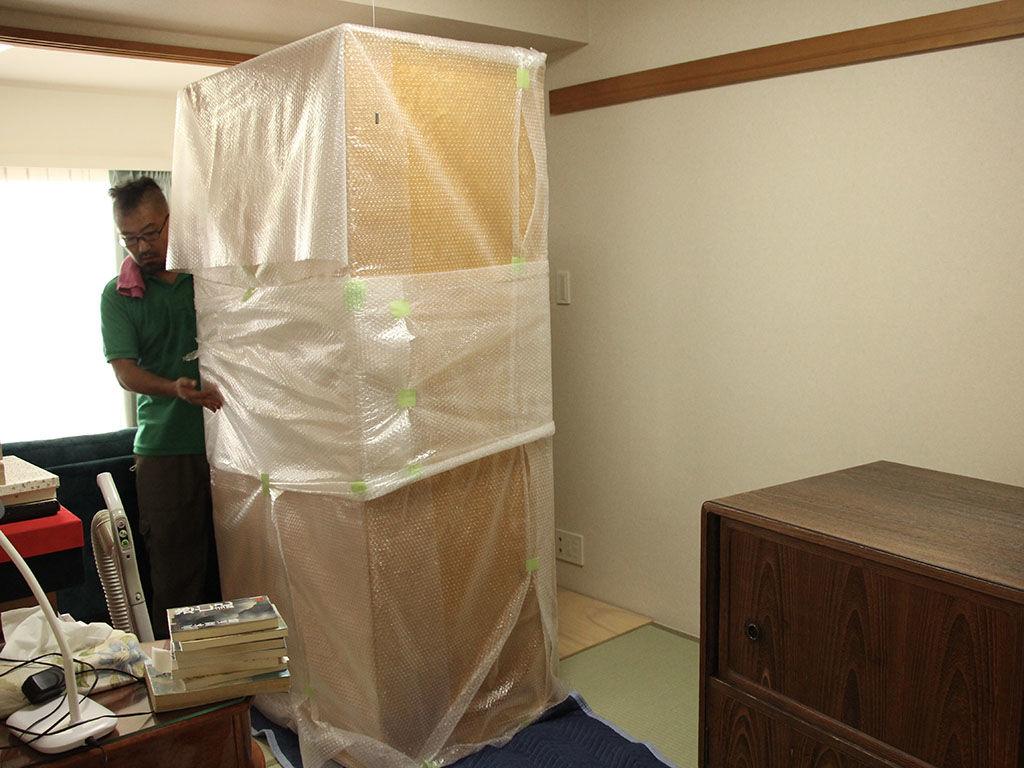 リサイズした婚礼タンスを丁寧に梱包してお客様のご新居に納品