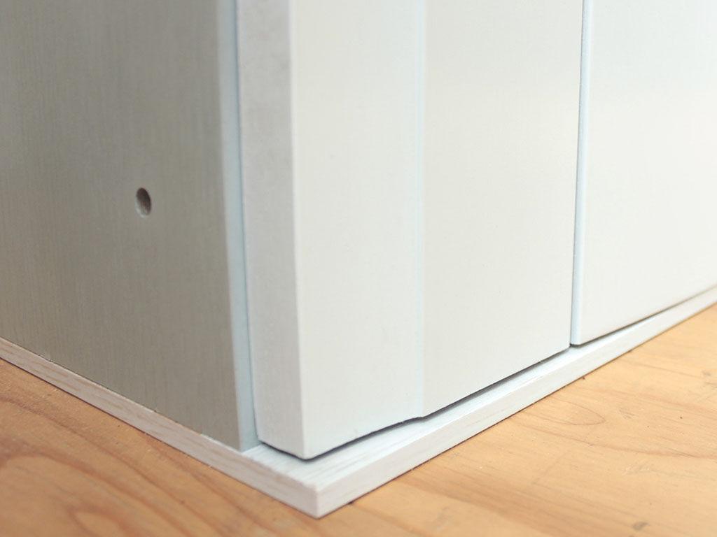壁面収納タンスの高さを抑えるために台輪を厚みの少ないフレームに変更