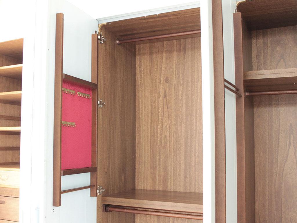 タンスのユニットを組み替え移動した鏡の位置に合わせてネクタイかけを移設