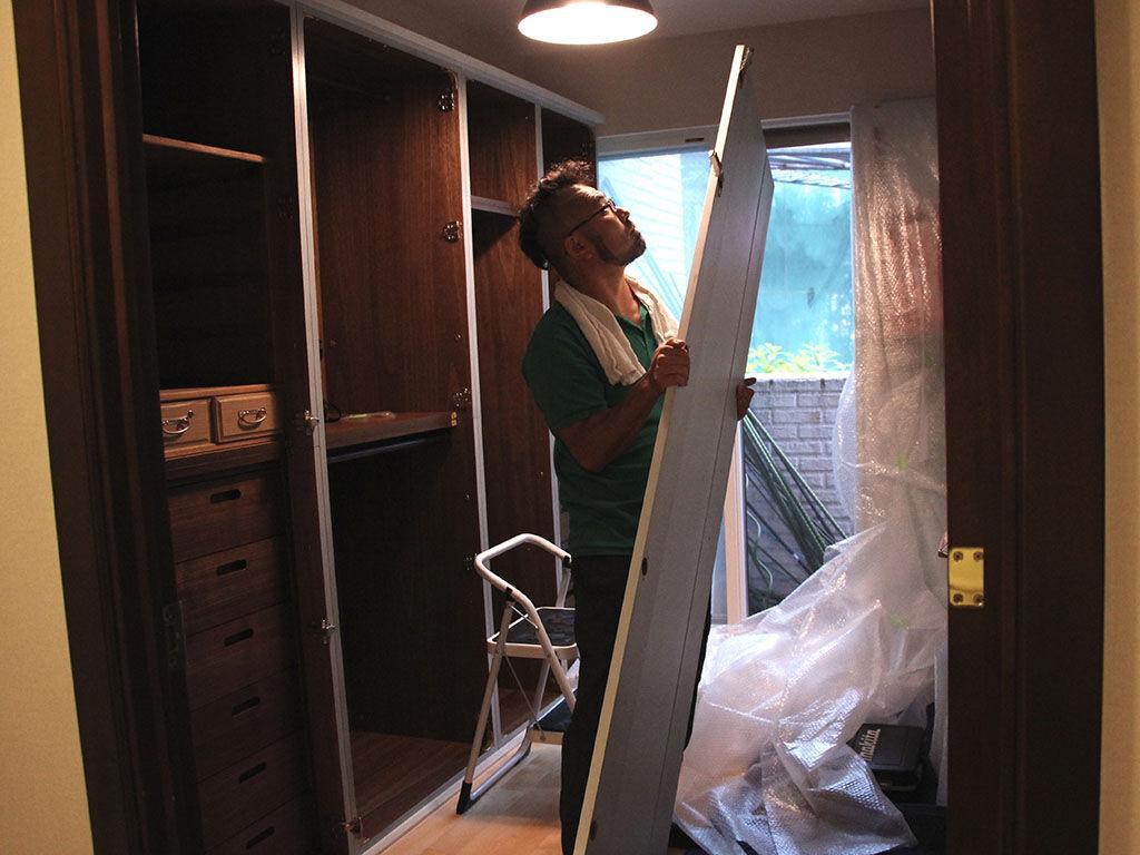 無事お客様のお部屋で組み上がった壁面収納タンスに扉を設置