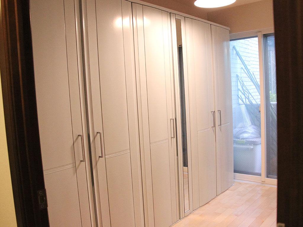 お客様宅に設置完了した大きなリメイク壁面収納タンス