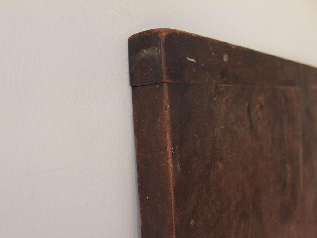 洋裁用作業板の両端の木口に取り付けられていた「ハシバミ」
