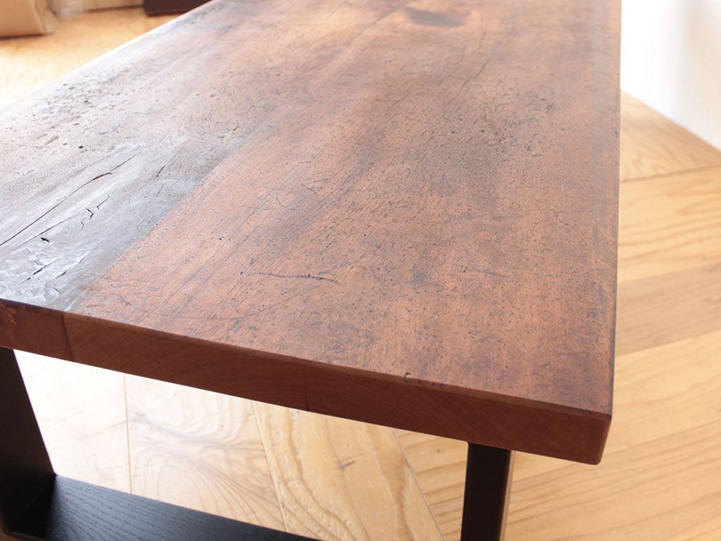 長年使い込まれた洋裁用作業板を生かしたローテーブル