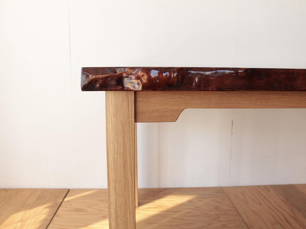 足元の空間を広くとれるように中央部分の材厚を薄くした幕板