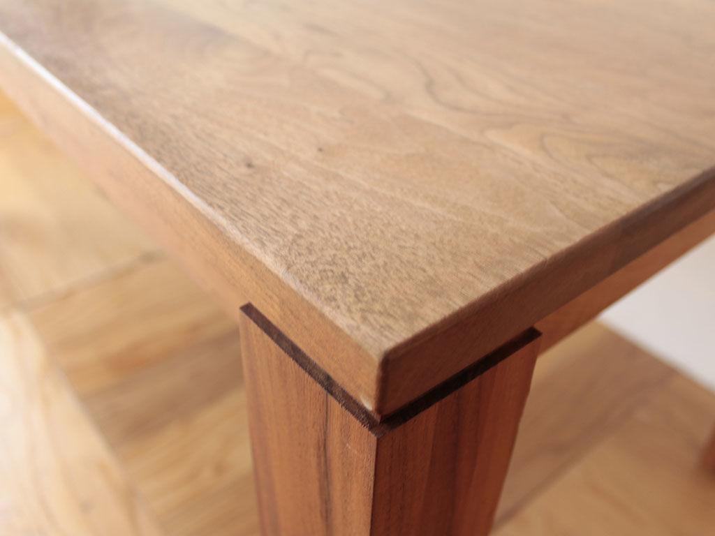 無垢ウォールナットの木目が美しいダイニングテーブル