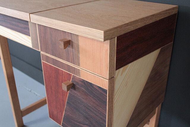 側面もモザイク貼仕上げのドレッサーテーブル