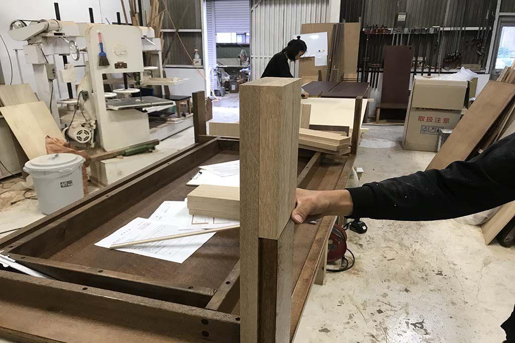 ローテーブルをソファで使えるよう高くサイズアップとダーク色塗装へリメイク オーク無垢材継脚