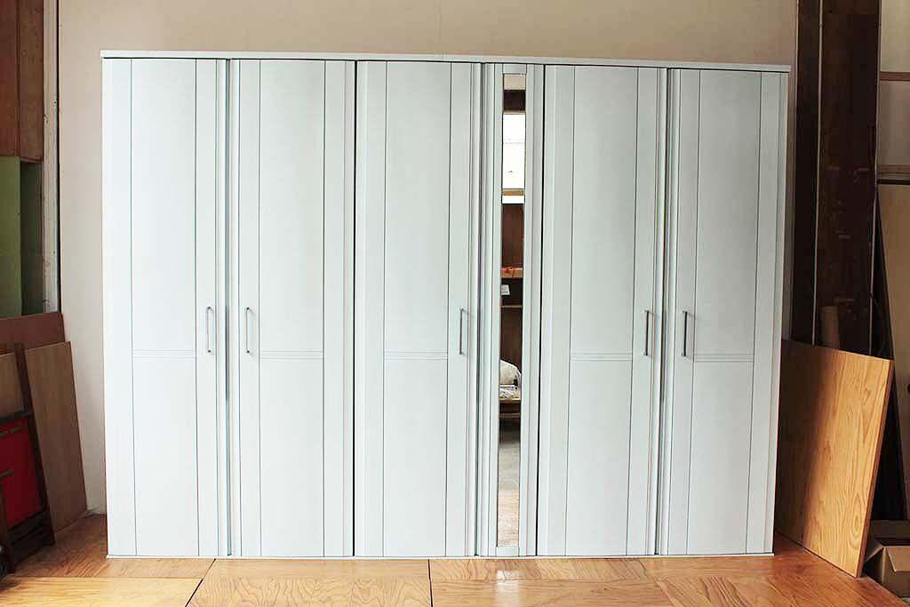 婚礼家具壁面収納タンスをリサイズとグレイッシュブルー塗装リメイク 6枚扉に変更