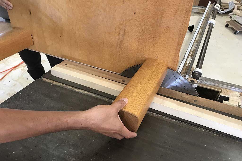 一枚板座卓をダイニングテーブルにリメイク 脚カット作業中