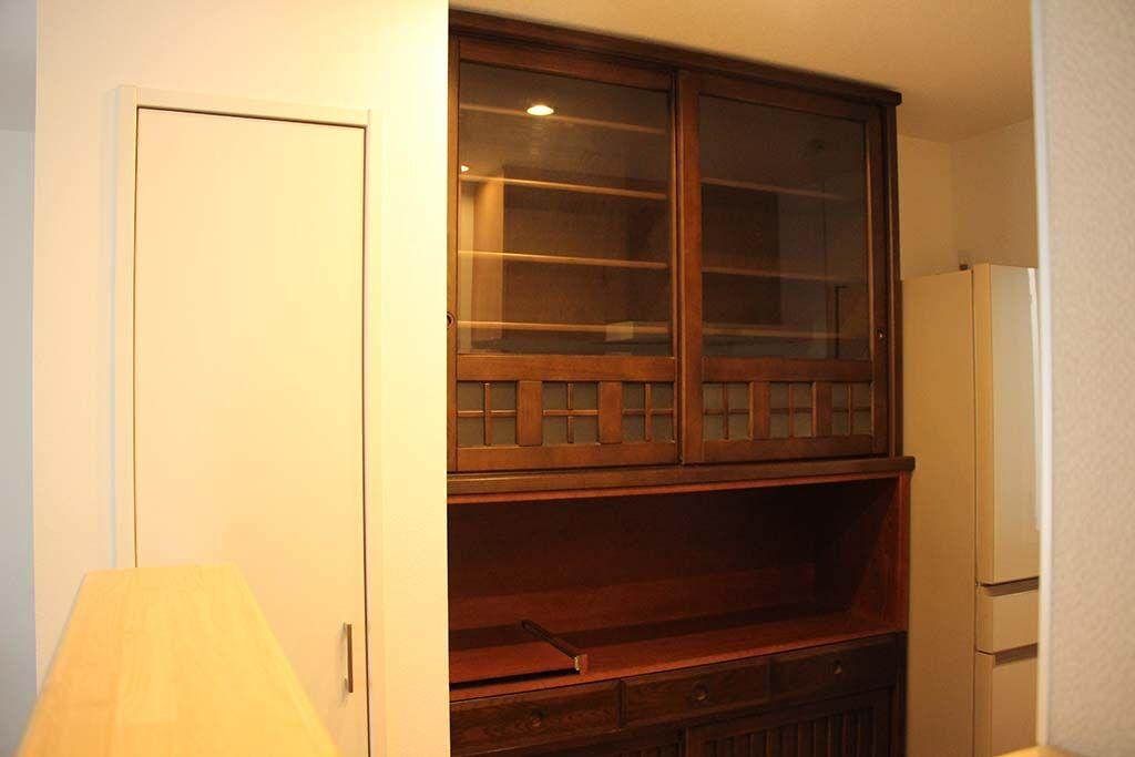 食器棚中段オープン棚を足して電化製品も置けるようサイズアップリメイク 天井ピッタリサイズ