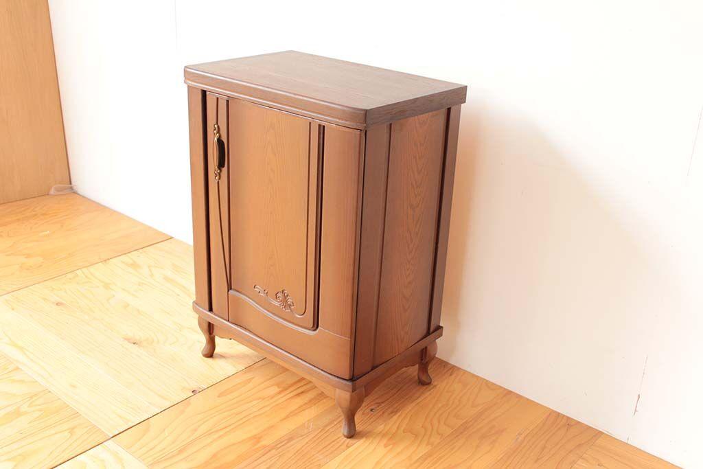 婚礼家具クローゼット扉から猫脚キャビネットにリメイク 側面も扉使用