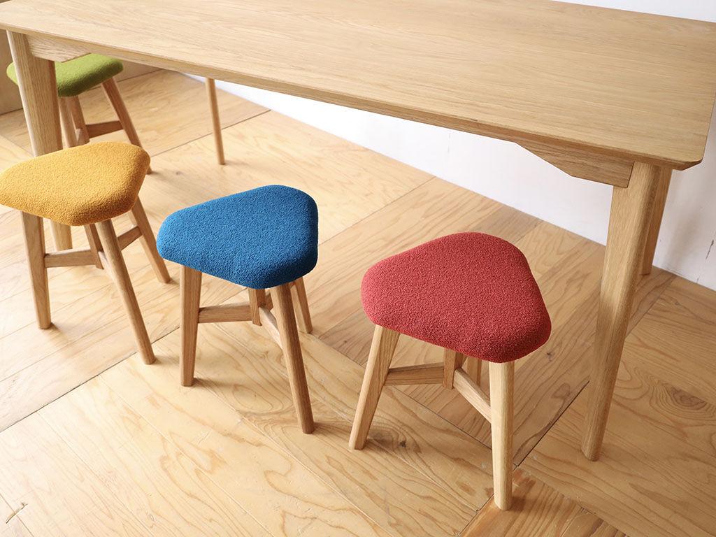 総無垢オークのテーブル「AZZI-Table」とオーク脚のスツール「DELTA STOOL」