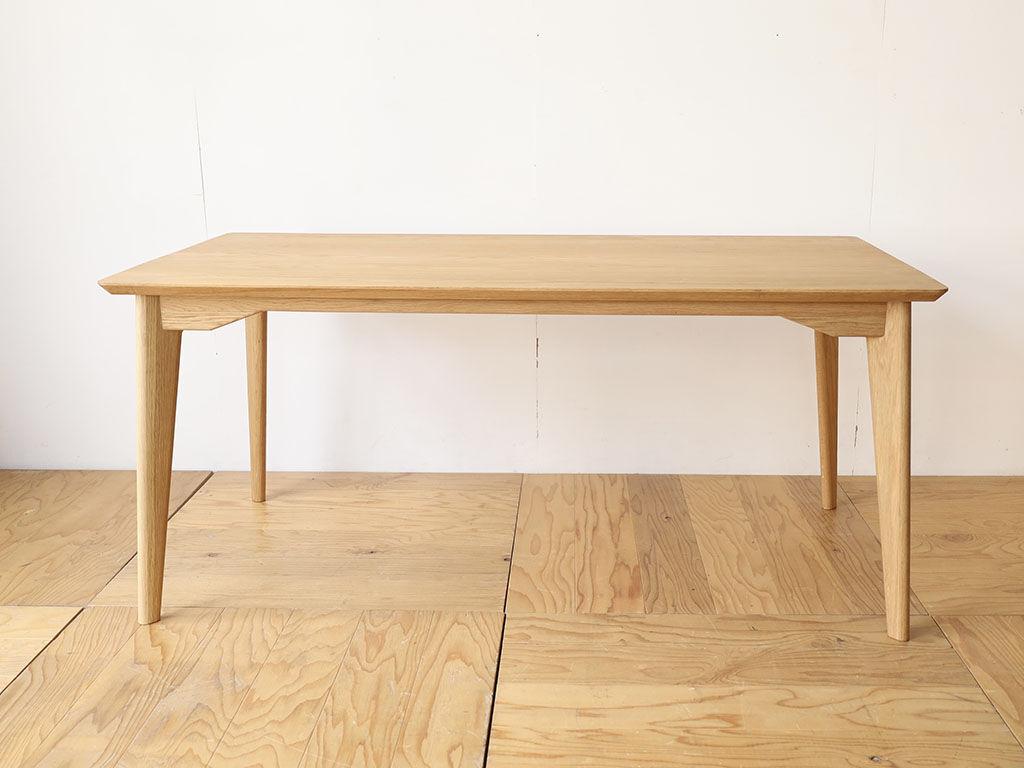 天板・脚ともにオーク材製のテーブル「AZZI-Table」(アジテーブル)