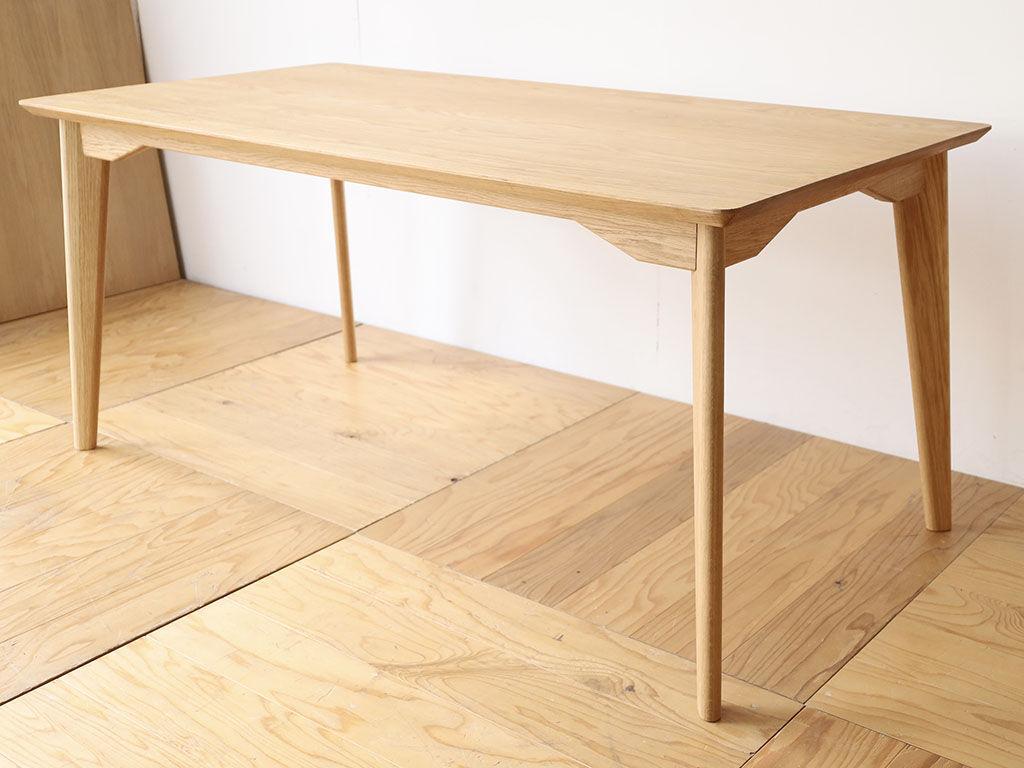 シャープなフォルムの無垢オークテーブル「AZZI-Table」