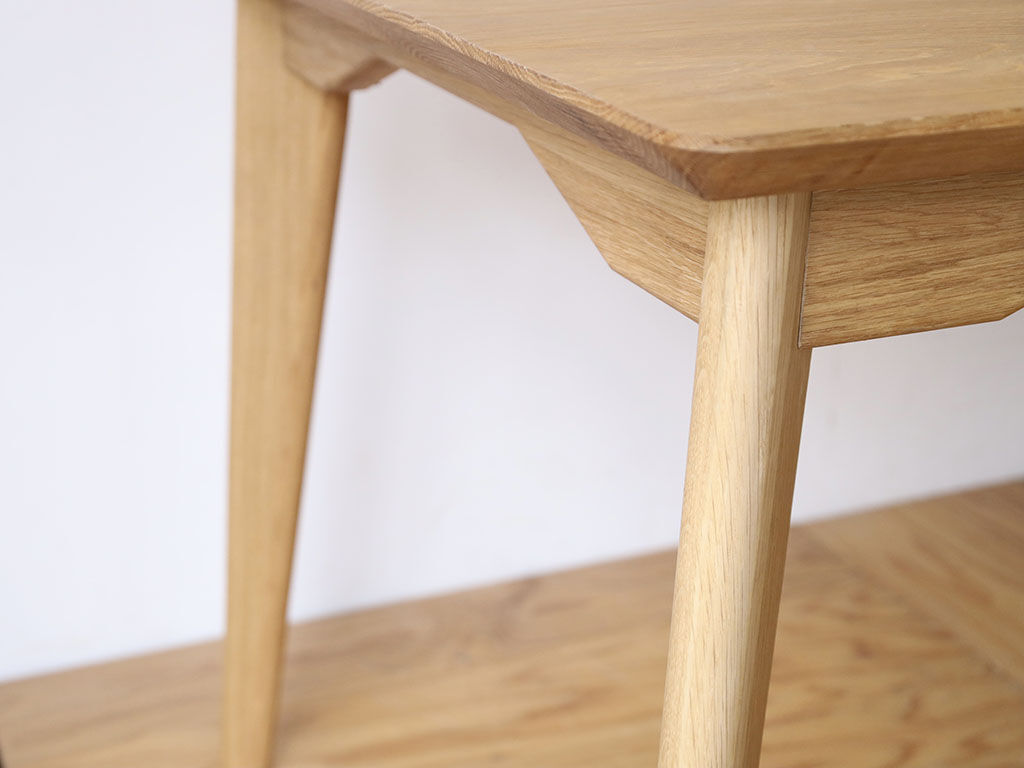 テーパーカット×ハの字型の脚でお洒落な「AZZI-Table」