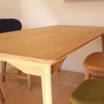 天板・脚ともに角度にこだわった面取りがなされているのでとても軽やかに見える「AZZI-table」