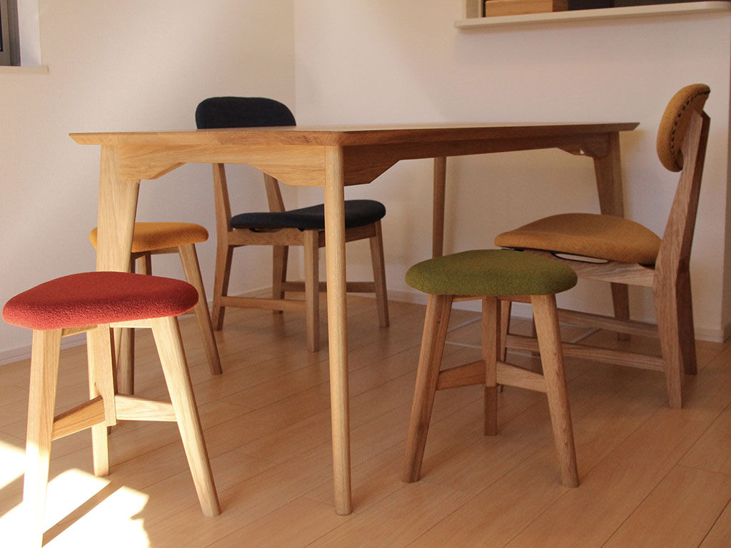 大きさを3つのサイズから、塗装をオイル仕上げ/ウレタン仕上げから選ぶことのできる無垢オークのダイニングテーブル「AZZI-table」