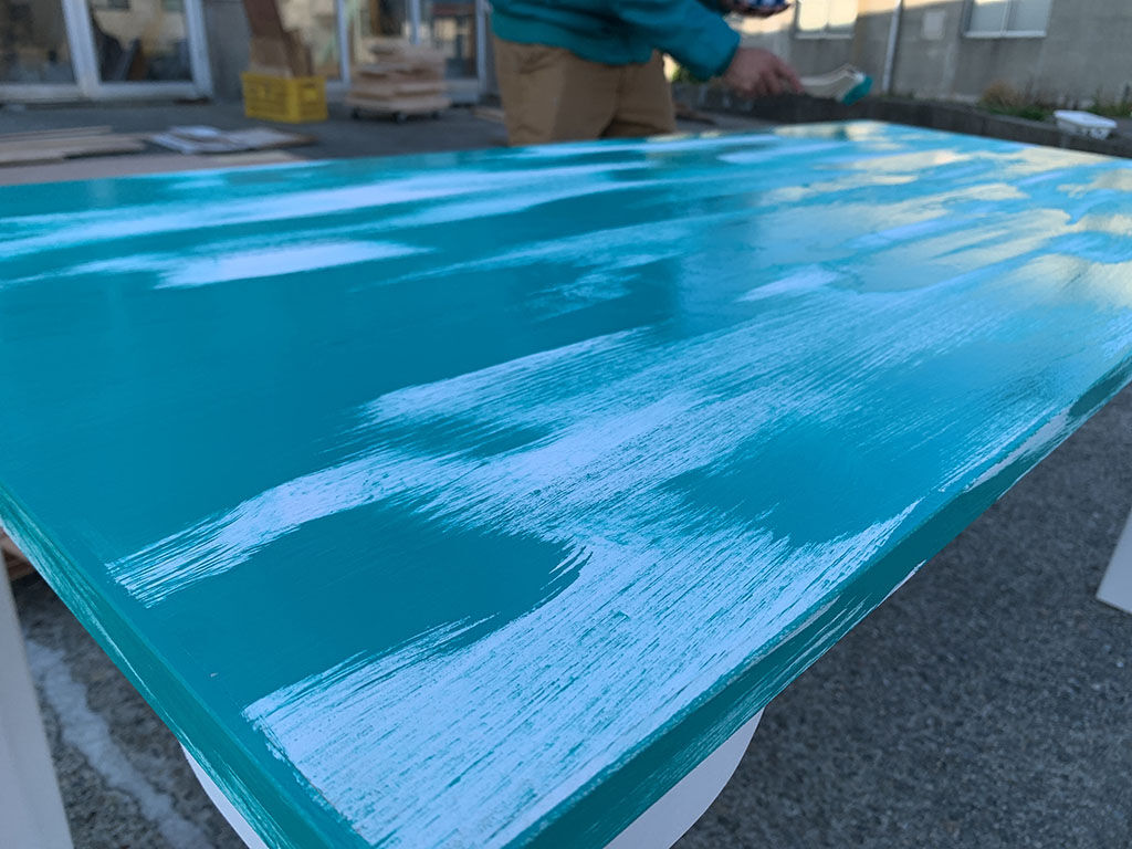 シャビー加工のテーブル塗装風景