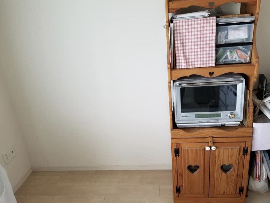 お引っ越し先の間取りに合わず食器棚と並べて置くことができなかったというレンジ台